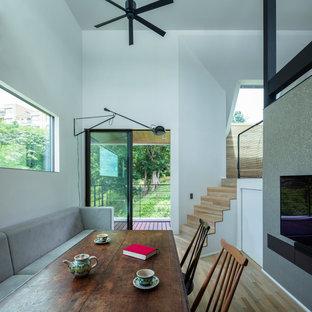 他の地域のコンテンポラリースタイルのおしゃれなダイニング (白い壁、淡色無垢フローリング、ベージュの床) の写真