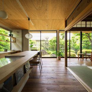 Esempio di una grande sala da pranzo aperta verso il soggiorno etnica con pavimento in legno massello medio