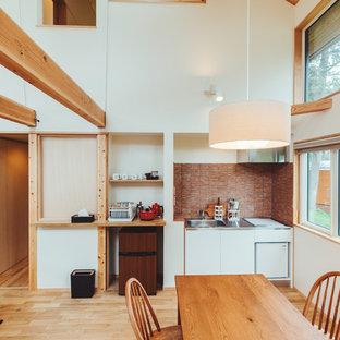 他の地域の小さいカントリー風おしゃれなLDK (白い壁、無垢フローリング、暖炉なし、ベージュの床) の写真