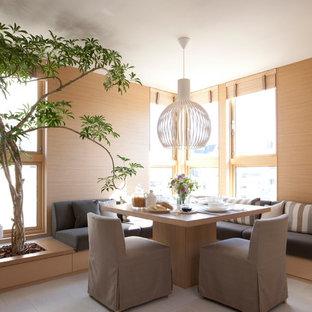 Idee per una sala da pranzo etnica con pareti marroni e pavimento beige
