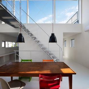 東京23区の広いインダストリアルスタイルのおしゃれなダイニングキッチン (白い壁、白い床、リノリウムの床) の写真