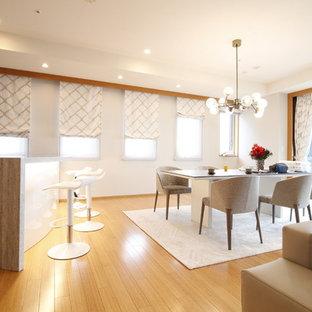Foto di una grande sala da pranzo minimal con pareti grigie, pavimento in bambù, nessun camino e pavimento arancione