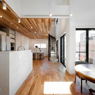 他の地域のコンテンポラリースタイルのおしゃれなダイニング (白い壁、無垢フローリング、茶色い床) の写真
