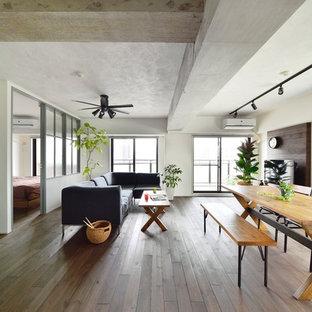 他の地域のコンテンポラリースタイルのおしゃれなLDK (白い壁、塗装フローリング、グレーの床) の写真