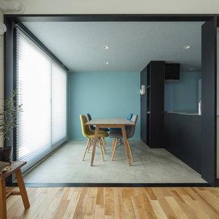 他の地域のコンテンポラリースタイルのおしゃれなダイニング (青い壁、コンクリートの床、グレーの床) の写真