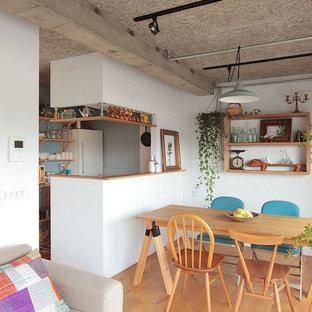 東京23区の小さいトラディショナルスタイルのおしゃれなLDK (白い壁、暖炉なし、茶色い床、無垢フローリング) の写真