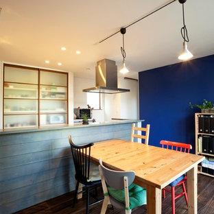 他の地域のエクレクティックスタイルのおしゃれなダイニング (青い壁、濃色無垢フローリング、茶色い床) の写真