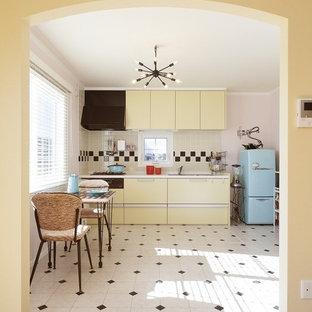Imagen de comedor de cocina exótico con paredes rosas, suelo de baldosas de cerámica y suelo multicolor