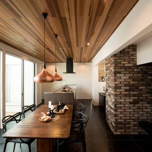 На фото: гостиные-столовые среднего размера в современном стиле с белыми стенами, полом из сланца и черным полом без камина
