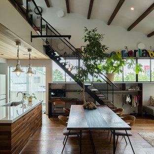 Foto de comedor urbano, grande, abierto, con paredes blancas, suelo de madera oscura y suelo marrón