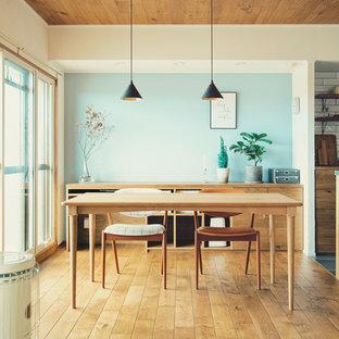 名古屋の北欧スタイルのおしゃれなLDK (青い壁、無垢フローリング、茶色い床) の写真