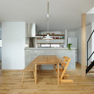 他の地域のアジアンスタイルのおしゃれなダイニングキッチン (白い壁、淡色無垢フローリング、茶色い床) の写真