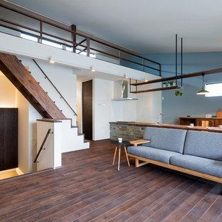 他の地域のミッドセンチュリースタイルのおしゃれなLDK (青い壁、濃色無垢フローリング、茶色い床) の写真