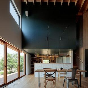 他の地域のアジアンスタイルのおしゃれなLDK (マルチカラーの壁、淡色無垢フローリング、茶色い床) の写真