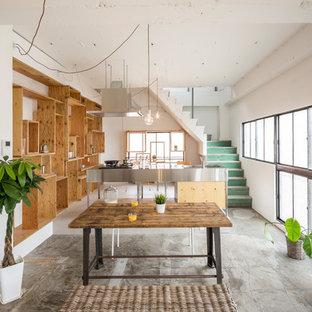 東京23区のインダストリアルスタイルのおしゃれなダイニングキッチン (白い壁、コンクリートの床、グレーの床) の写真