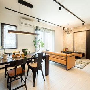 他の地域の小さいコンテンポラリースタイルのおしゃれなダイニング (白い壁、塗装フローリング、白い床) の写真