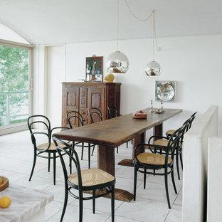 Eklektische Wohnküche mit weißer Wandfarbe und weißem Boden