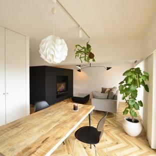 福岡のモダンスタイルのおしゃれなLDK (白い壁、無垢フローリング、茶色い床) の写真