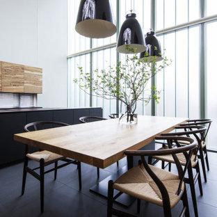 Ispirazione per una grande sala da pranzo contemporanea con pareti bianche e pavimento nero