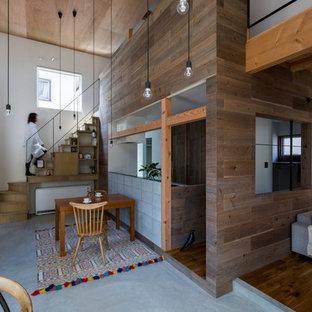 Imagen de comedor de cocina rural, de tamaño medio, con paredes blancas, suelo de cemento y suelo gris