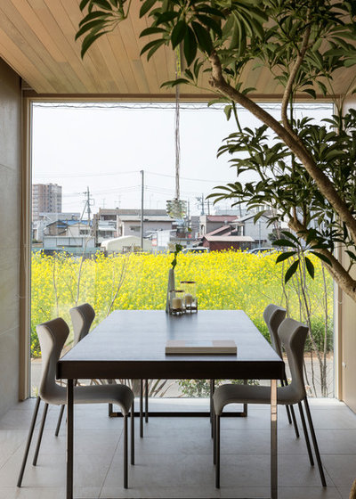 Contemporary Dining Room by M アーキテクツ