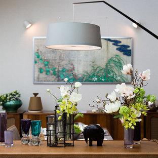 Idée de décoration pour une salle à manger nordique de taille moyenne avec un mur blanc, un sol en contreplaqué, aucune cheminée et un sol beige.