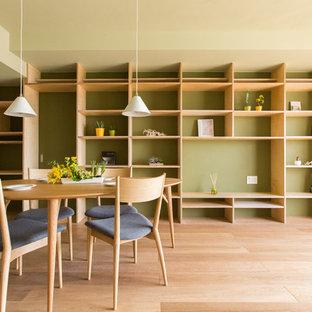 他の地域の北欧スタイルのおしゃれなダイニング (緑の壁、淡色無垢フローリング、茶色い床) の写真