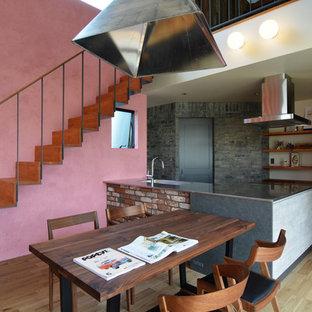 名古屋のアジアンスタイルのおしゃれなLDK (ピンクの壁、無垢フローリング、茶色い床) の写真