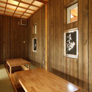 Foto di una grande sala da pranzo stile americano chiusa con pareti marroni, pavimento in tatami, nessun camino e pavimento verde