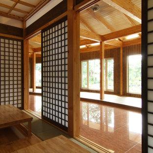 Ispirazione per una grande sala da pranzo stile americano chiusa con pareti marroni, pavimento in tatami, nessun camino e pavimento verde