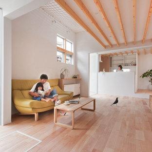Ispirazione per una piccola sala da pranzo aperta verso il soggiorno scandinava con pareti bianche, parquet chiaro, nessun camino e pavimento beige