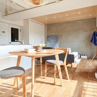 他の地域の北欧スタイルのおしゃれなLDK (グレーの壁、無垢フローリング、ベージュの床) の写真