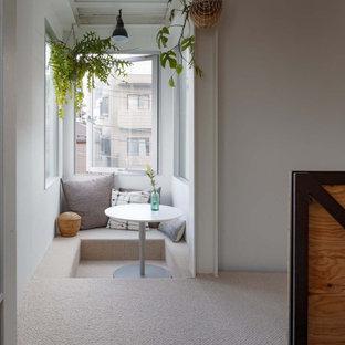 東京23区の小さいアジアンスタイルのおしゃれなダイニング (朝食スペース、白い壁、カーペット敷き、グレーの床) の写真