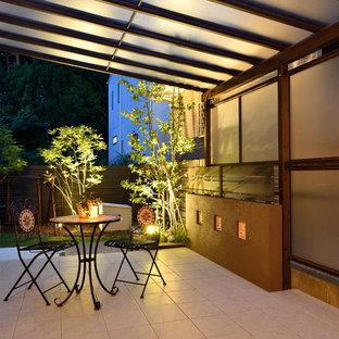 Foto di un patio o portico etnico in cortile con un parasole