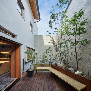 大阪の中サイズのコンテンポラリースタイルのおしゃれな裏庭のテラス (デッキ材舗装、日よけなし) の写真