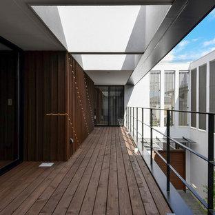 大きいコンテンポラリースタイルのおしゃれな中庭のテラス (デッキ材舗装) の写真