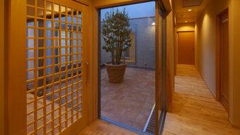 中庭と回廊のある自然素材で出来た和モダンの家