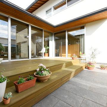 中庭を囲むコの字型の家
