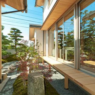 Ispirazione per un patio o portico etnico in cortile con ghiaia e nessuna copertura