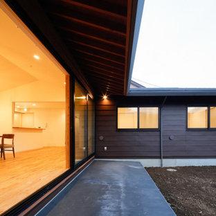 Foto di un grande patio o portico nordico in cortile con un tetto a sbalzo