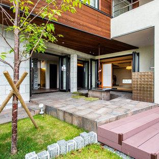 神戸の中サイズのアジアンスタイルのおしゃれな前庭のテラス (ファイヤーピット、タイル敷き、張り出し屋根) の写真