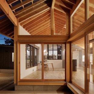 Ispirazione per un patio o portico scandinavo di medie dimensioni e in cortile con pavimentazioni in cemento e una pergola