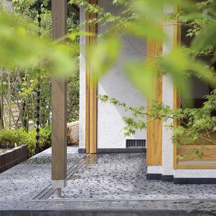 Esempio di un patio o portico etnico nel cortile laterale con ghiaia