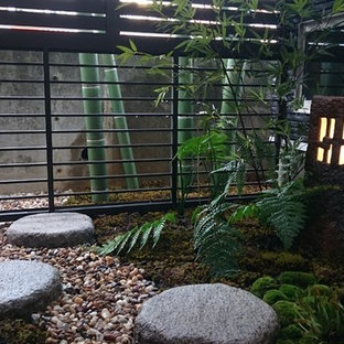 大阪の小さい和風のおしゃれな中庭のテラス (砂利舗装) の写真