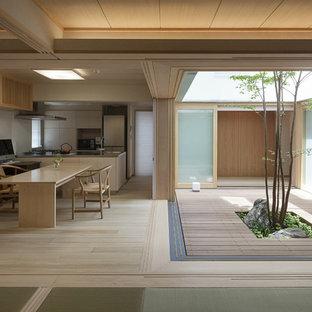 東京23区のアジアンスタイルのおしゃれな中庭のテラス (デッキ材舗装、日よけなし) の写真