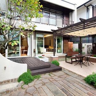 大阪のヴィクトリアン調のおしゃれな裏庭のテラス (デッキ材舗装、パーゴラ) の写真