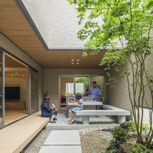 Ispirazione per un patio o portico etnico in cortile con pavimentazioni in cemento e un tetto a sbalzo