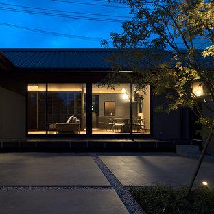 Immagine di un piccolo patio o portico etnico in cortile con piastrelle e nessuna copertura
