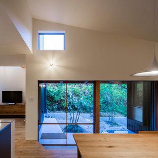 Ispirazione per un piccolo patio o portico nel cortile laterale con pavimentazioni in cemento e nessuna copertura