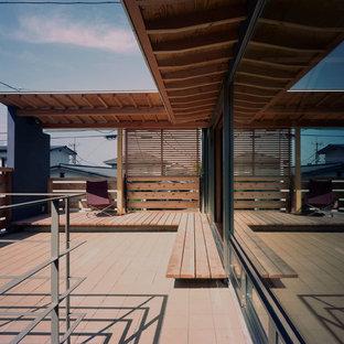 東京23区の中サイズの和風のおしゃれな横庭のテラス (デッキ材舗装、張り出し屋根) の写真
